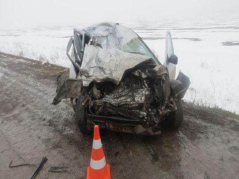 ВСамарской области грузовой автомобиль наткнулся втумане на«Приору»