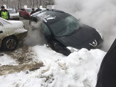 ВСамаре уТЦ «Кубатура» под асфальт провалилась иностранная машина