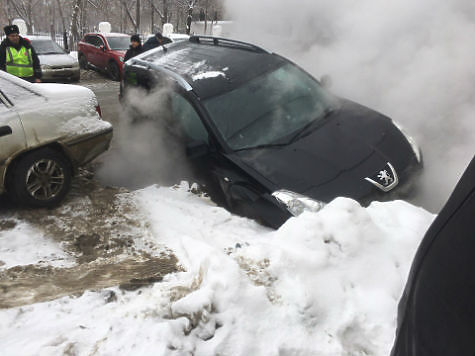 ВСамаре автомобиль провалился вяму скипятком