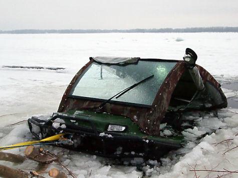НаВолге около спуска Лейтенанта Шмидта автомобиль провалился впромоину