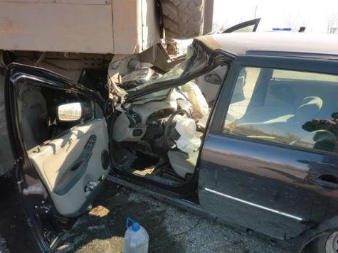 ВБезенчукском районе Лада Kalina врезалась в грузовой автомобиль Урал