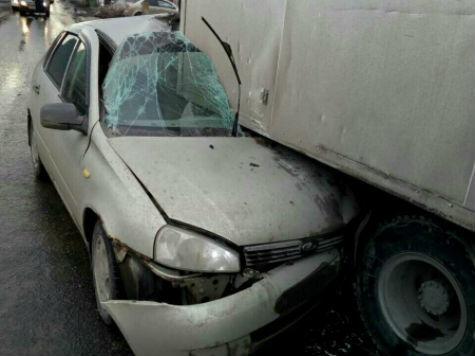 ДТП вСамаре: залетев под фургон, умер шофёр «Lada Kalina»