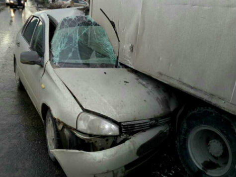 Ужасное ДТП вСамаре: шофёр Калины «залетел» под фургон и умер