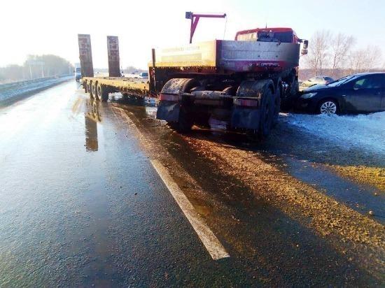 В Кинельском районе «КАМАЗ» столкнулся с двумя легковушками