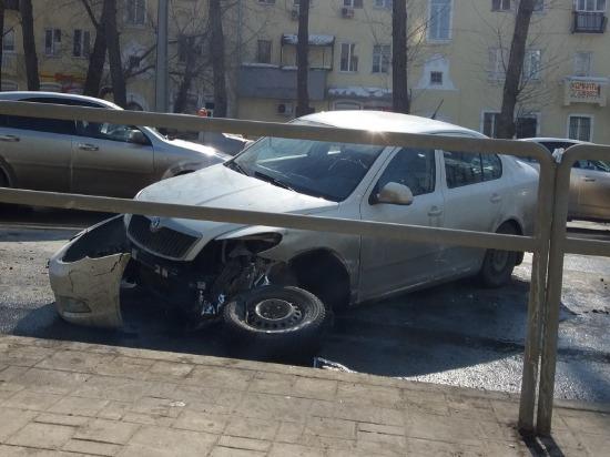 В Самаре возле ТЦ «Скала» столкнулись три автомобиля