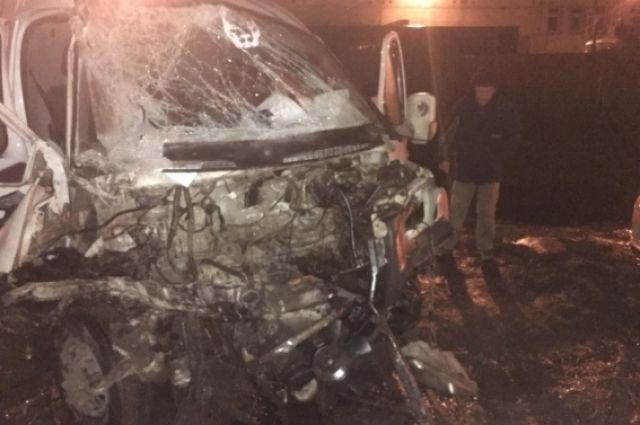 ВСамаре ГАЗ 2705 врезался вбетонный блок, после этого протаранил фуру