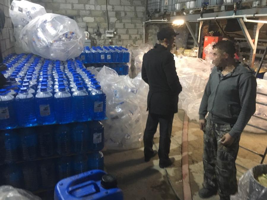 ВТольятти полицейские обнаружили вподпольном цеху 5 тонн «паленой» незамерзайки